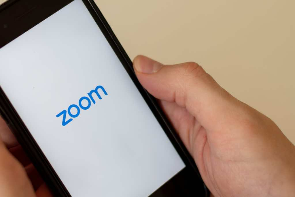 How to set up a group chat using Zoom?